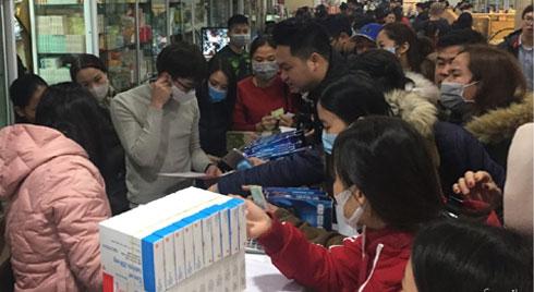 Tranh cướp hộp khẩu trang đang đội giá gấp 6 lần, nhiều người đến sau vẫn hớt hải lo lắng vì sợ không mua được