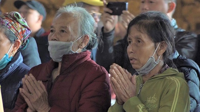 Đeo khẩu trang kín mít, mang nước rửa tay kháng khuẩn đi lễ chùa đầu năm