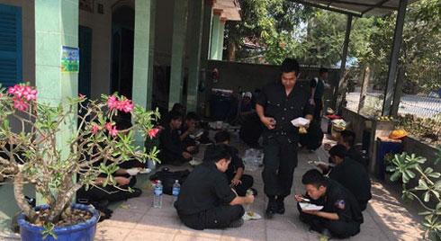 Bữa cơm vội của cảnh sát vây bắt kẻ bắn 5 người chết ở Củ Chi
