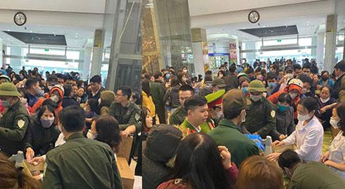 'Vỡ trận' vì khẩu trang ở chợ thuốc lớn nhất Hà Nội