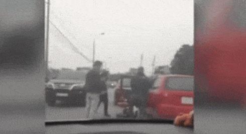 Clip: Tài xế ô tô bị nhóm thanh niên tạt đầu, lôi xuống xe đánh giữa phố Hà Nội
