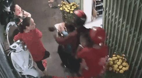 CLIP: Tên cướp giật mạnh dây chuyền, kéo lê người phụ nữ trong khi chở vợ con qua ngõ hẻm