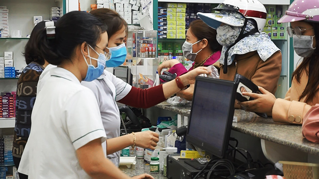 Khẩu trang y tế cháy hàng, tăng giá, dân bức xúc báo Quản lý thị trường