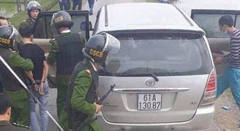 Công an vây bắt xe 7 chỗ chở gần 5 yến ma túy đi trên đường làng
