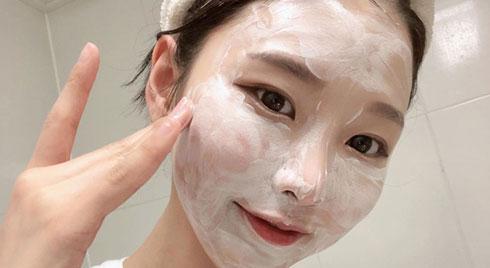 """Sở hữu làn da động tí là lên mụn thì bạn cần """"cạch mặt"""" 4 sản phẩm skincare sau đây"""