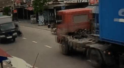 """CLIP: Đập mạnh vào xe container rồi bật ngược trúng xe tải, 2 thanh niên """"toát mồ hôi"""" vì sợ"""