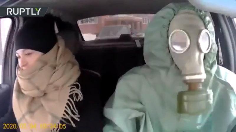 Bộ đồ ngăn virus corona của tài xế taxi khiến hành khách khoái chí-1