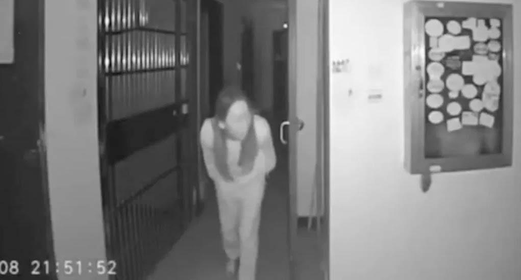 Một phụ nữ nhổ nước bọt lên nắm tay cửa chung cư ở tâm dịch Vũ Hán