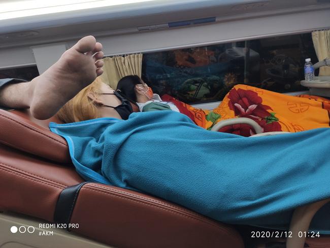Đi xe khách giường nằm, nửa đêm bị đánh thức bởi tiếng ngáy rất to nhưng hình ảnh bên cạnh mới khiến anh chàng tá hỏa-2