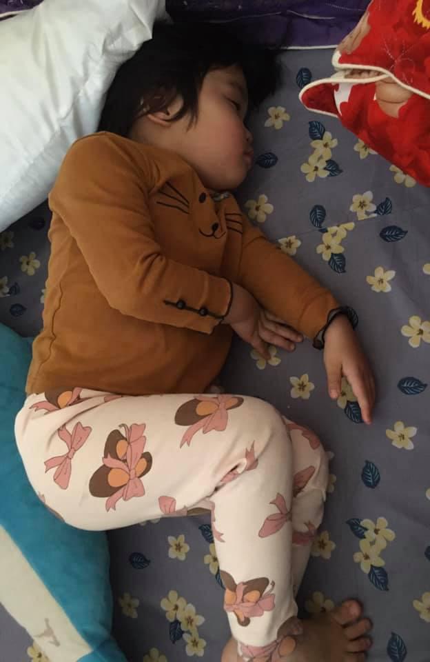 Vào phòng chốt cửa rồi lăn ra ngủ, cô bé hơn 3 tuổi khiến bố phải vác thang, trèo lên mái nhà để vào trong-2