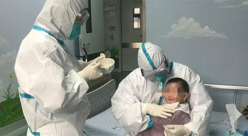 Bé 3 tháng tuổi dương tính Covid-19 ở Vĩnh Phúc được chuyển đến Bệnh viện Nhi trung ương