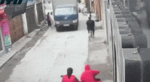 Clip: Bé gái thoát nạn đầy may mắn khi bị mẹ đánh rơi ngay trước đầu xe tải