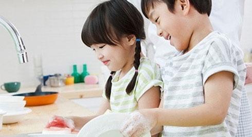 Bố mẹ đi làm, trẻ nghỉ học phòng dịch Covid-19 ở nhà vẫn tự phục vụ bản thân rất tốt chỉ cần được giáo dục kỹ năng này