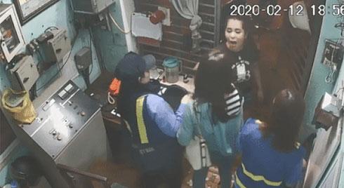 Nữ phóng viên VTV8 bị đôi nam nữ đánh tới tấp khi đang tác nghiệp tại gác chắn đường sắt