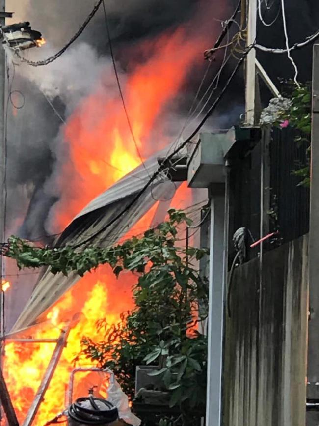 Hà Nội: Cháy kinh hoàng tại nhà dân, hàng xóm hốt hoảng bỏ chạy-1