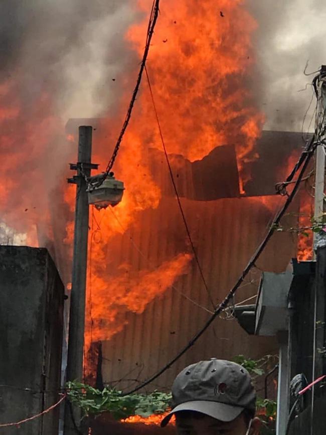Hà Nội: Cháy kinh hoàng tại nhà dân, hàng xóm hốt hoảng bỏ chạy-2
