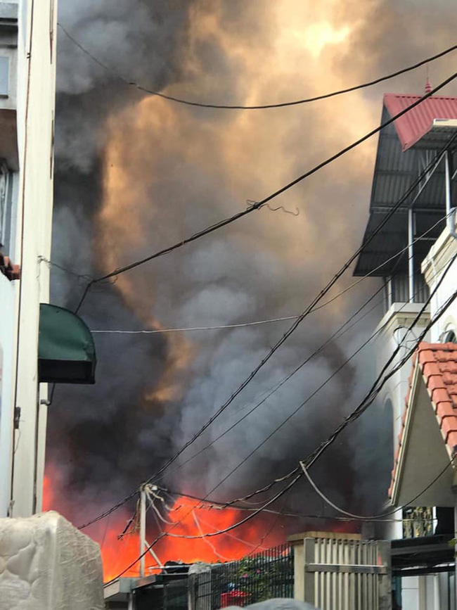 Hà Nội: Cháy kinh hoàng tại nhà dân, hàng xóm hốt hoảng bỏ chạy-3