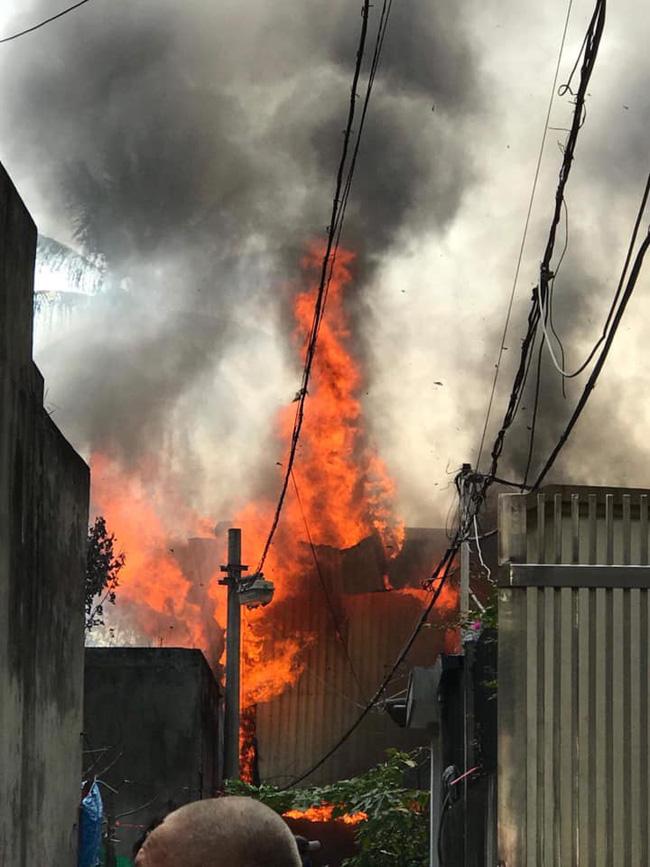 Hà Nội: Cháy kinh hoàng tại nhà dân, hàng xóm hốt hoảng bỏ chạy-4