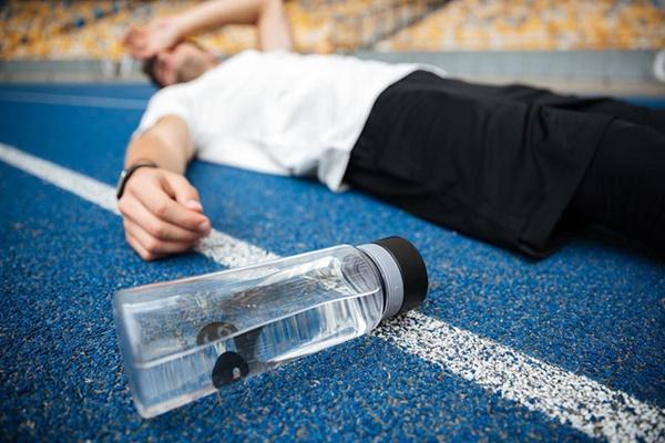 Uống nước nhiều quá cũng không tốt: Những nhóm người nào không nên uống nhiều nước?-2