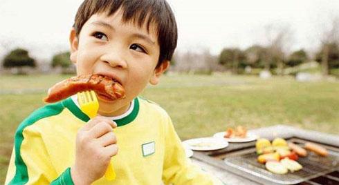"""Điểm danh 4 thực phẩm có thể gây ung thư cho trẻ, 3 thứ hầu hết các bé đều """"nghiện"""""""
