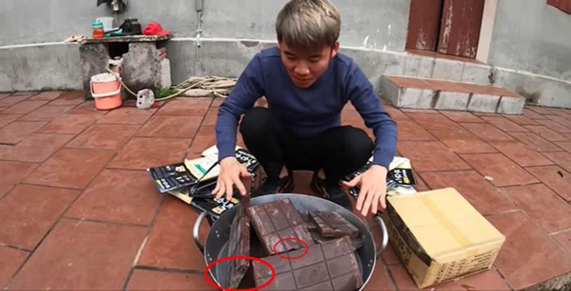 Con trai bà Tân Vlog bị dân mạng ném đá thẳng tay khi cắn dở đồ ăn rồi lại cho vào nồi nấu mời mọi người-2