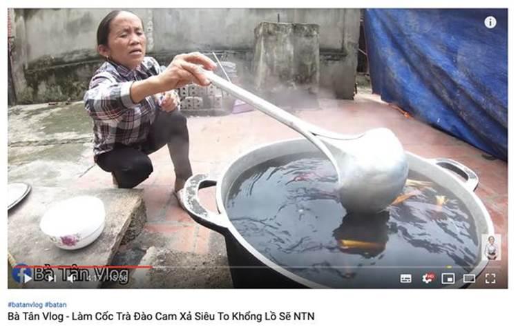 Con trai bà Tân Vlog bị dân mạng ném đá thẳng tay khi cắn dở đồ ăn rồi lại cho vào nồi nấu mời mọi người-6