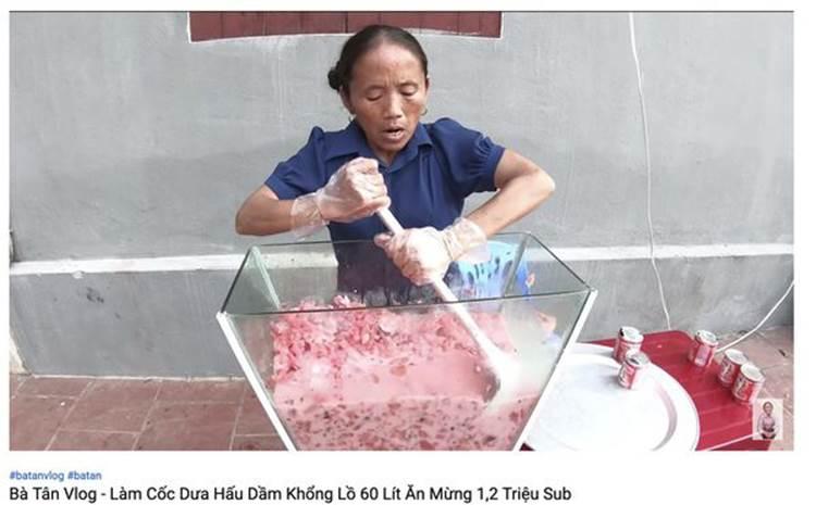 Con trai bà Tân Vlog bị dân mạng ném đá thẳng tay khi cắn dở đồ ăn rồi lại cho vào nồi nấu mời mọi người-7
