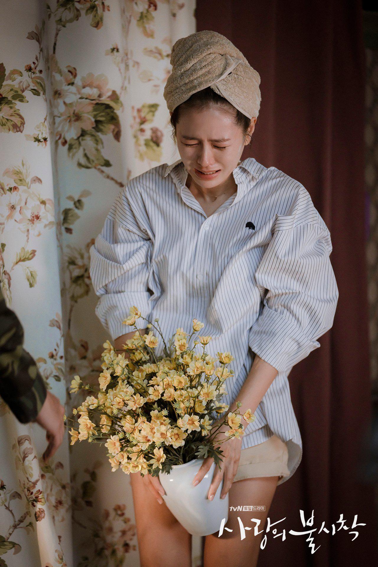 Ngắm là muốn sắm bằng hết 4 mẫu áo sơ mi/blouse được hai chị đẹp lăng xê trong Crash Landing On You-13
