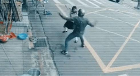 Clip: Giật túi xách của cô gái, tên cướp không ngờ gặp phải cao thủ võ lâm
