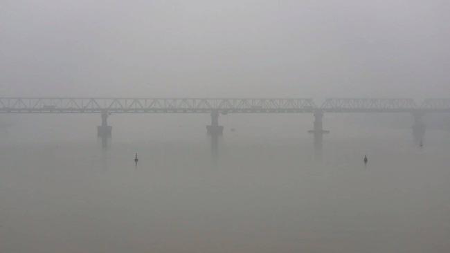 Hà Nội chìm trong sương mù, chất lượng không khí chạm ngưỡng nâu, cảnh báo nguy hại cho sức khỏe-1