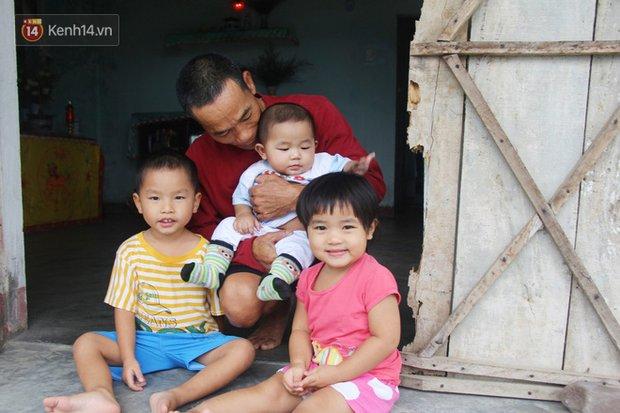 Vợ mất sau khi sinh, chồng một nách ôm 3 đứa con khờ dại: Sao ba để mẹ ngồi đó mà không xuống chơi với con-12