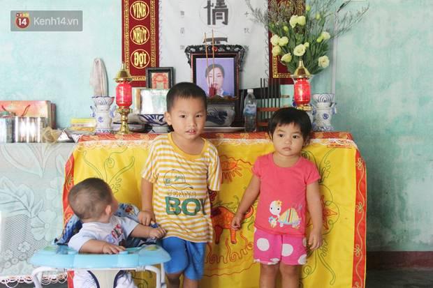 Vợ mất sau khi sinh, chồng một nách ôm 3 đứa con khờ dại: Sao ba để mẹ ngồi đó mà không xuống chơi với con-1