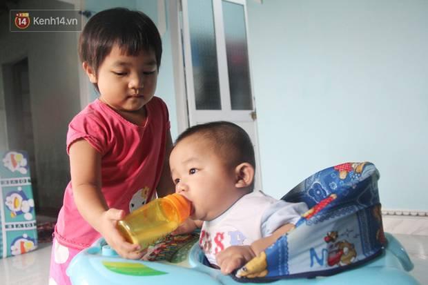 Vợ mất sau khi sinh, chồng một nách ôm 3 đứa con khờ dại: Sao ba để mẹ ngồi đó mà không xuống chơi với con-2