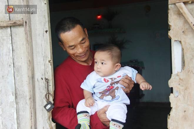 Vợ mất sau khi sinh, chồng một nách ôm 3 đứa con khờ dại: Sao ba để mẹ ngồi đó mà không xuống chơi với con-4