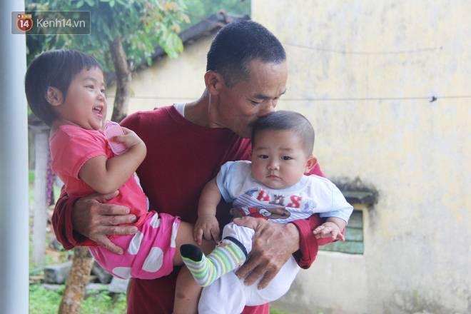 Vợ mất sau khi sinh, chồng một nách ôm 3 đứa con khờ dại: Sao ba để mẹ ngồi đó mà không xuống chơi với con-6