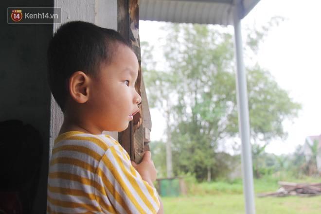 Vợ mất sau khi sinh, chồng một nách ôm 3 đứa con khờ dại: Sao ba để mẹ ngồi đó mà không xuống chơi với con-8