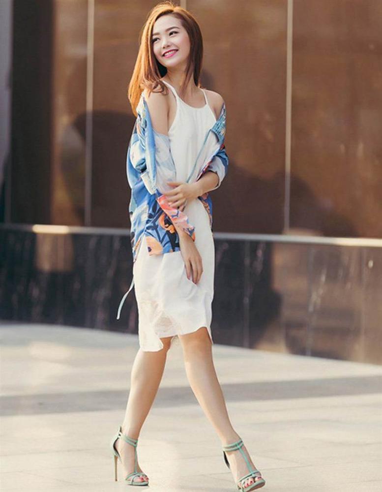 Phạm Hương mắc lỗi trang phục nhạy cảm khi mặc quần lụa mong manh đón gió-12