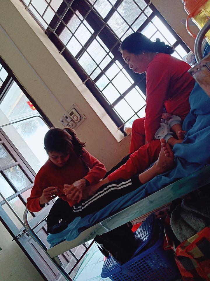 Hình ảnh con dâu cần mẫn ngồi cắt móng chân cho mẹ chồng trên giường bệnh khiến nhiều người xúc động-2