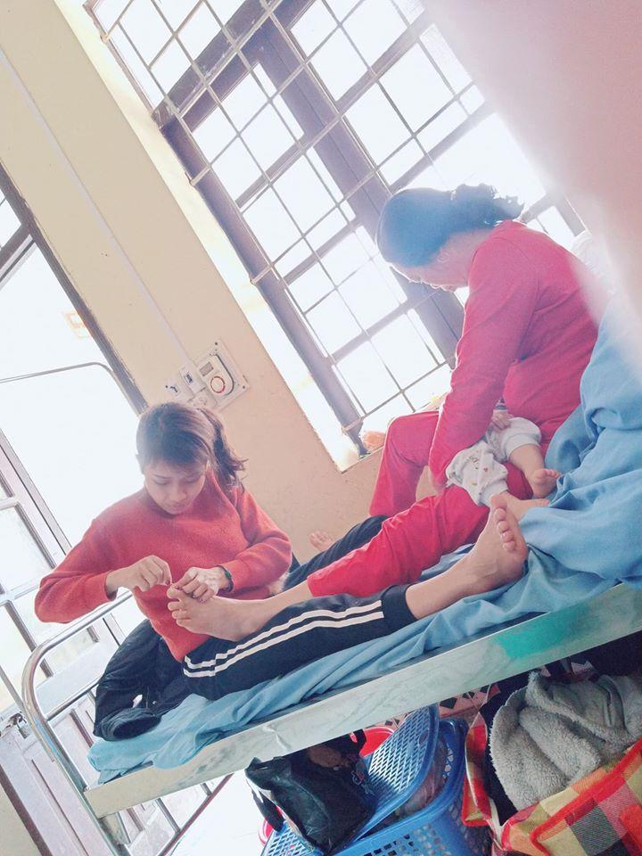 Hình ảnh con dâu cần mẫn ngồi cắt móng chân cho mẹ chồng trên giường bệnh khiến nhiều người xúc động-3