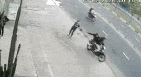 Người phụ nữ bị cướp giật túi xách, ngã sấp mặt xuống đường, nằm bất động khiến nhiều chị em kinh hãi