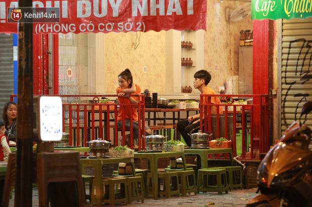 Người dân bắt đầu chủ quan giữa dịch Covid-19: phố Tạ Hiện vẫn đông đúc người ăn nhậu, nhân viên cafe không đeo khẩu trang-12