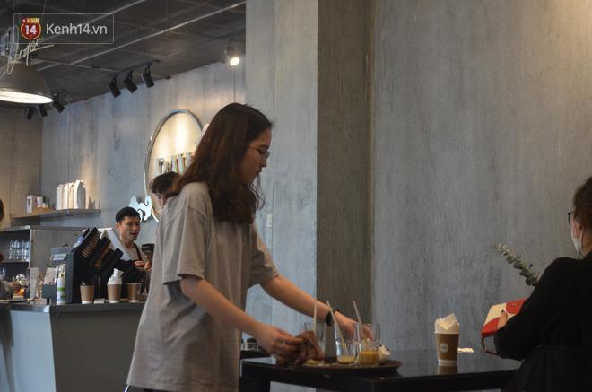 Người dân bắt đầu chủ quan giữa dịch Covid-19: phố Tạ Hiện vẫn đông đúc người ăn nhậu, nhân viên cafe không đeo khẩu trang-16