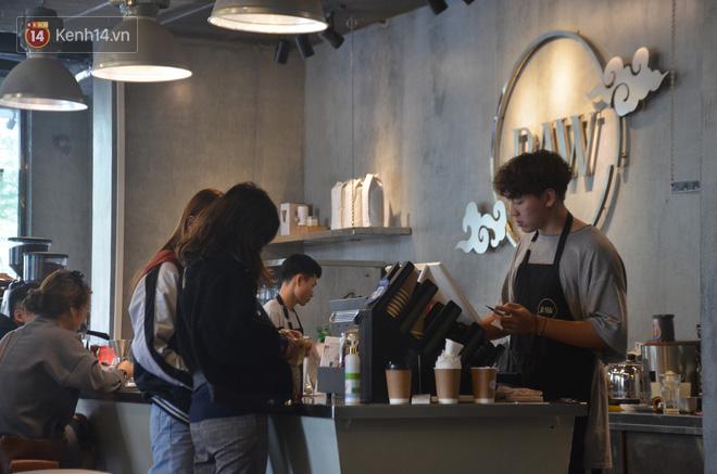 Người dân bắt đầu chủ quan giữa dịch Covid-19: phố Tạ Hiện vẫn đông đúc người ăn nhậu, nhân viên cafe không đeo khẩu trang-15