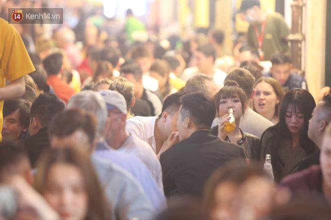 Người dân bắt đầu chủ quan giữa dịch Covid-19: phố Tạ Hiện vẫn đông đúc người ăn nhậu, nhân viên cafe không đeo khẩu trang-6