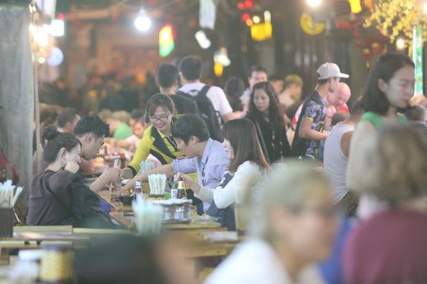 Người dân bắt đầu chủ quan giữa dịch Covid-19: phố Tạ Hiện vẫn đông đúc người ăn nhậu, nhân viên cafe không đeo khẩu trang-3