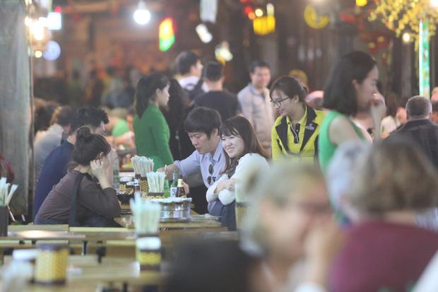 Người dân bắt đầu chủ quan giữa dịch Covid-19: phố Tạ Hiện vẫn đông đúc người ăn nhậu, nhân viên cafe không đeo khẩu trang-7