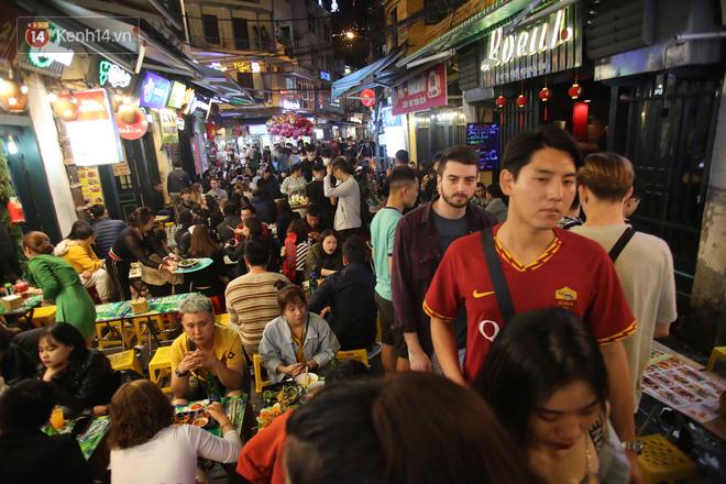 Người dân bắt đầu chủ quan giữa dịch Covid-19: phố Tạ Hiện vẫn đông đúc người ăn nhậu, nhân viên cafe không đeo khẩu trang-5