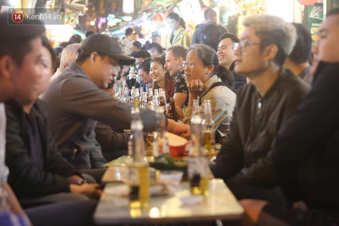 Người dân bắt đầu chủ quan giữa dịch Covid-19: phố Tạ Hiện vẫn đông đúc người ăn nhậu, nhân viên cafe không đeo khẩu trang-4
