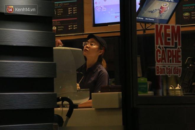 Người dân bắt đầu chủ quan giữa dịch Covid-19: phố Tạ Hiện vẫn đông đúc người ăn nhậu, nhân viên cafe không đeo khẩu trang-14