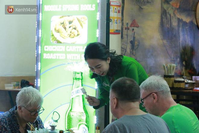 Người dân bắt đầu chủ quan giữa dịch Covid-19: phố Tạ Hiện vẫn đông đúc người ăn nhậu, nhân viên cafe không đeo khẩu trang-10